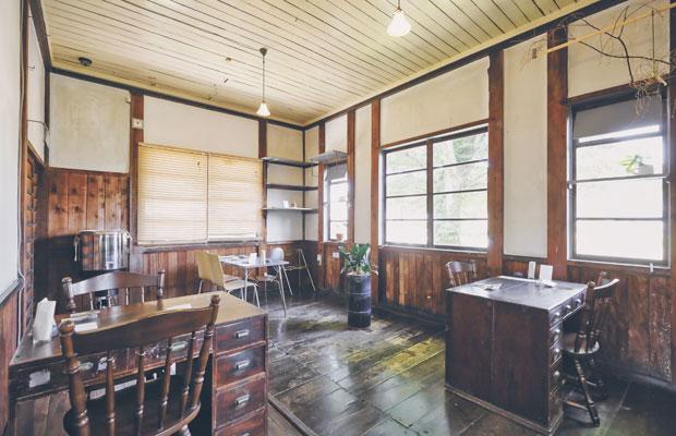 カフェ2階のテーブルは事務所の机をそのまま利用した味わいのある雰囲気。