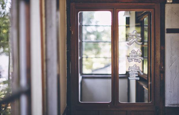 カフェ2階の入り口には「交換室」の文字。当時のままの扉が残されています。