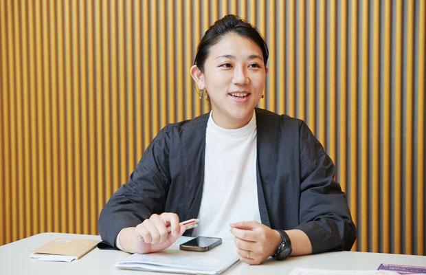 2016年に閉館したアートスペース〈アサヒ・アートスクエア〉などでの経験を生かし、プロジェクト企画で、できないと思われていたことをできるよう一緒に考える岡田千絵さん。(撮影:黒川ひろみ)