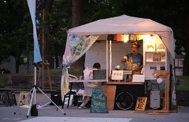 造形作家・樋口裕一さんのチャイ屋台。4年前に地域おこし協力隊で福島に行き、農家の人々とコミュニケーションをとるためにお茶を出していたことも。