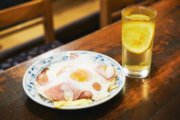 亀屋名物の代表格〈ハムエッグ〉(450円)はボリュームたっぷり。3、4人で酎ハイのお供にするのも楽しい。オムレツやにら卵など卵料理のバリエーションはいずれも人気。