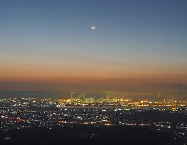 遙照山総合公園の展望台から見た夜明け前のまち並み