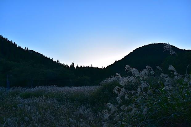 山深い衣川の秋の夕暮れ。
