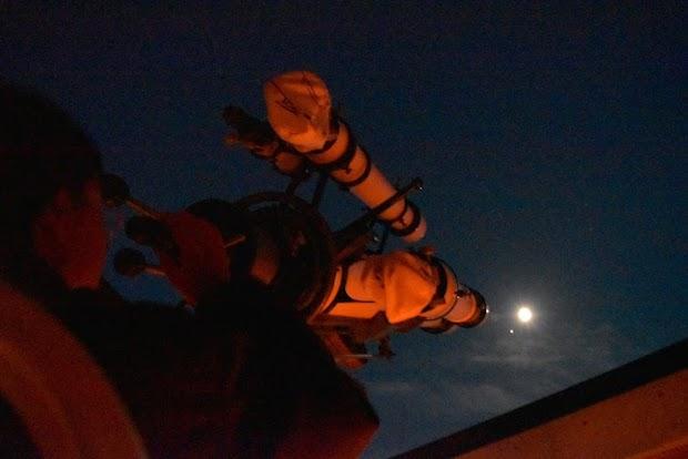 望遠鏡で月を見ている様子
