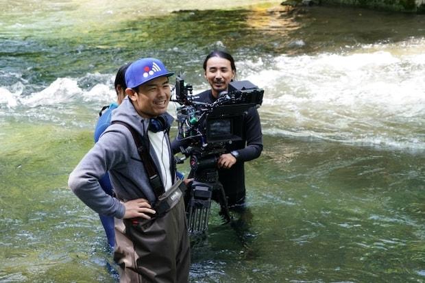 川に入って撮影する品川ヒロシさん