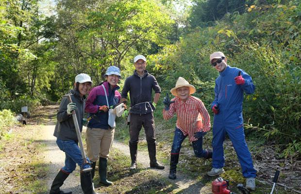 この小道を愛するメンバー。草を刈る思い思いの道具を持って集合!