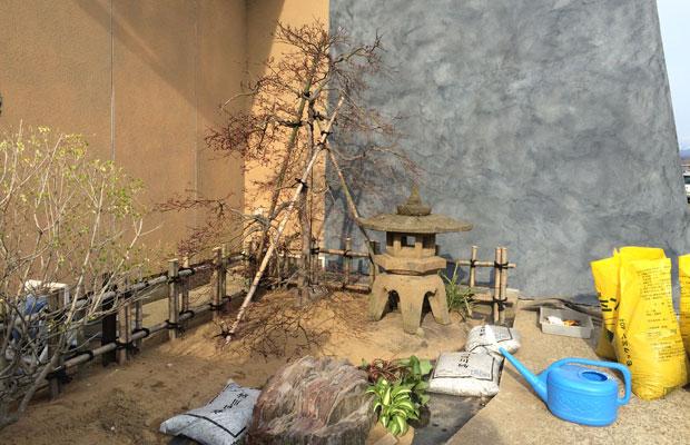 荒れ果てた前庭も、母方の実家から持ってきた灯籠や石を再利用してつくり直し。