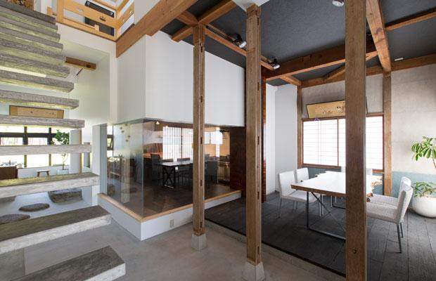 1階の全景。既存の構造をほぼそのままに、床や天井の高さを変えることで、閉鎖的な印象を払拭。