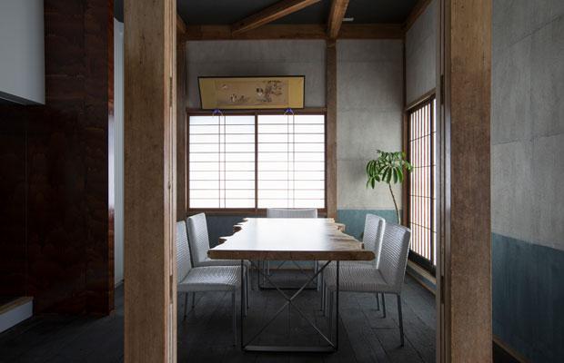 昼間はそば屋のテーブル席に、それ以外はSWAY DESIGNの打ち合わせスペースに活用しています。