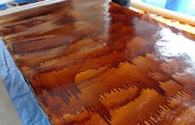 漆を塗った和紙。間仕切り壁に使用しており、経年劣化を見ることができる。自己所有だからこそ使ったことのない材料を実験的に採用しました。