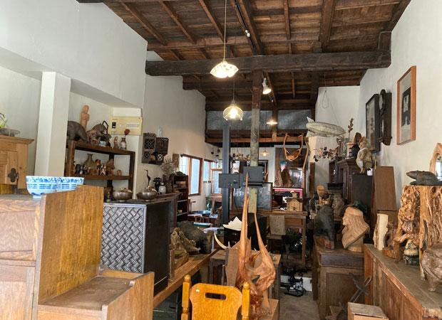 2019年にオープンした骨董品店〈tomipase〉。間口は4メートルほどの狭小空間に、所狭しと骨董品が並ぶ。