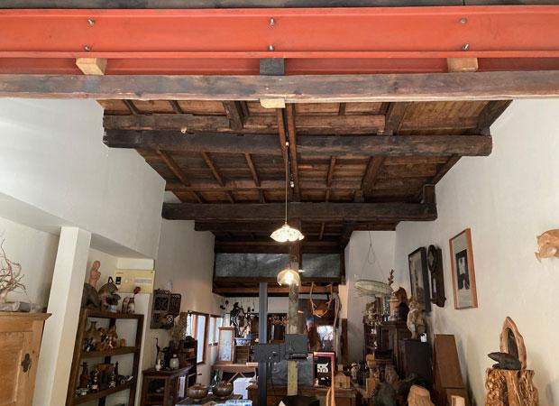 補強で入っていた鉄骨の朱色も、天井の黒ずんだ木部の雰囲気にマッチしている。