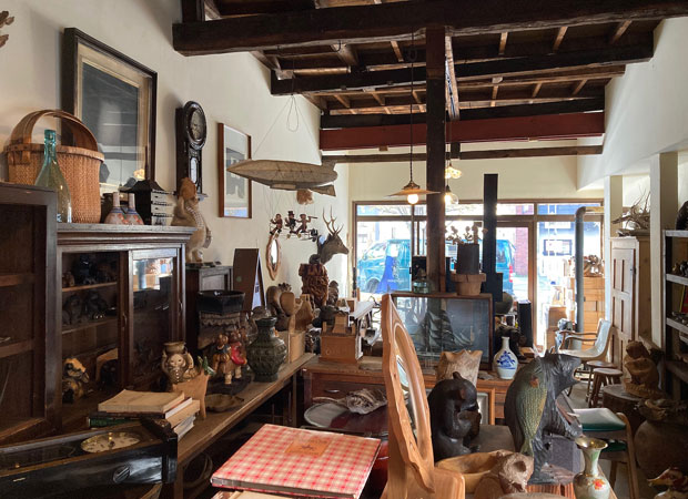 質屋に預けておいた担保の品が、期限切れで質屋の所有になる「質流」。旭川は「質流のまち」とも言われ、東京から流れてきたものも含めてさまざまな古物が手に入る。