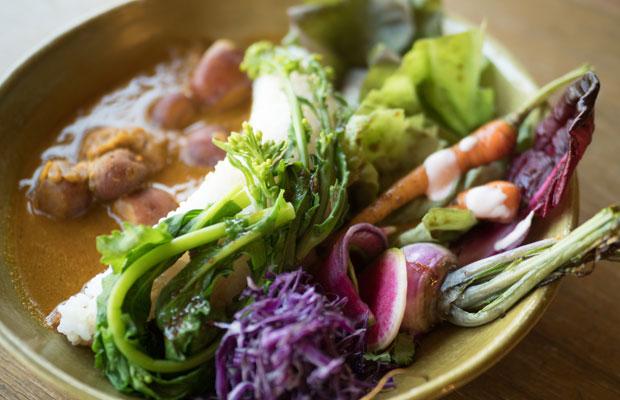 カフェ3年目くらいから、カレーとサラダをひと皿に盛るように。収穫できる野菜がだいぶ増えてきました。