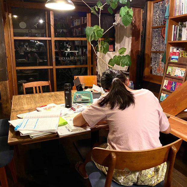 テスト勉強中のいろは(娘)。中学生は勉強に部活に大変だな。