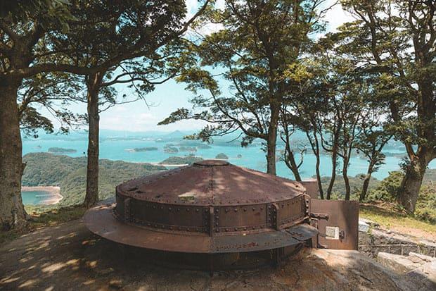 日本遺産・丸出山堡塁観測所跡にある装甲掩蓋(そうこうえんがい)。敵弾から身を守るために掘った穴の上を覆うように取り付けられています。奥には、九十九島が一望できます。