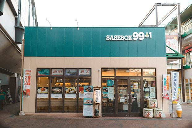 させぼ観光酒場〈SASEBOX99+1(サセボックス ナインティナイン プラスワン)〉。佐世保駅東口にある地酒と地肴のお店で、一杯飲みにくる常連さんや九十九島のお土産を買いにくる観光客で平日でも賑わっている。