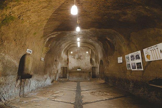 日本遺産〈無窮洞〉にある教室(幅約5メートル、奥行き約19メートル)。正面奥は教壇。