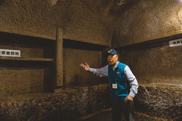 無窮洞顕彰保存会ボランティアの稗田武吉さん。当時、無窮洞を掘った旧宮村国民学校の卒業生。