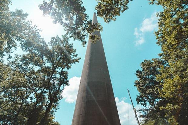 施設内にある3号無線塔。基底部の直径は約12メートル。