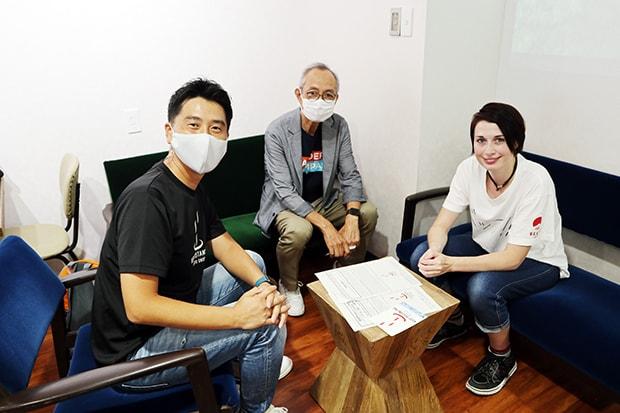 〈B-biz LINK〉の後藤さん(左)、翻訳を担当した別府市在住でイギリス出身のフランセスさん(右)。
