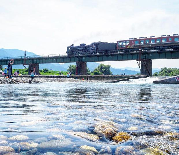 早出川から見える磐越西線の高架を走るSL