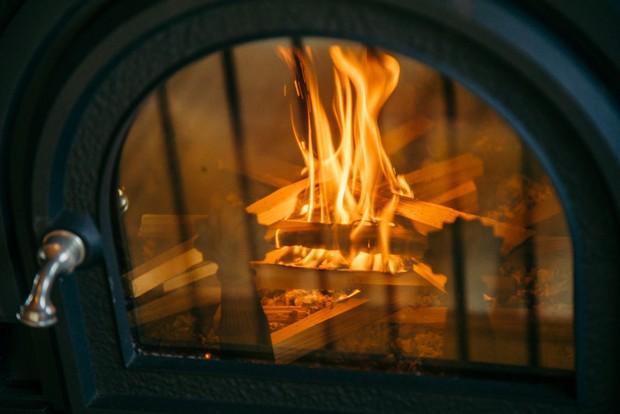 じっと火を見て癒される時間は贅沢だ。