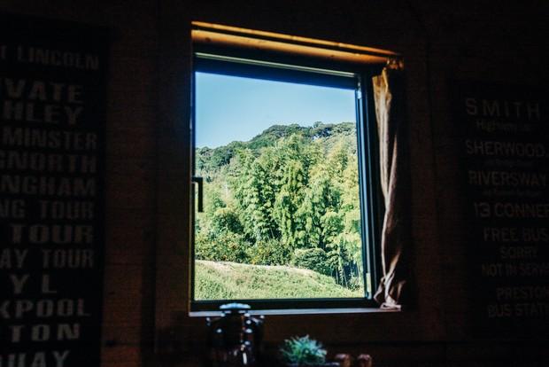 窓からはみかん畑が見渡せる。