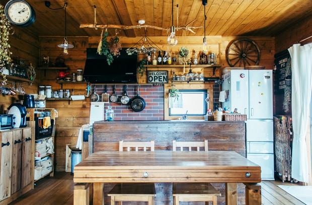 手前のテーブル、奥のキッチン台、左の食器棚も自作だ。