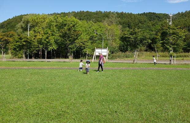 近所の人たちの手で整備されている芝生の広場が会場になった。