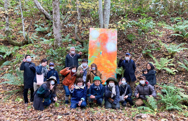MAYAさんのアトリエ見学会では、参加者と一緒に森の中に絵を持っていく試みも行った。自然の中で絵を見ると新しい発見があった。