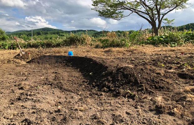 スコップで土を盛り、起伏をつくっていく。(撮影:瀬尾洋裕)