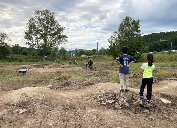 完成したコース。コースの周囲にもスペースが十分あり、子どもたちは泥遊びや木登りなども楽しんでいる。