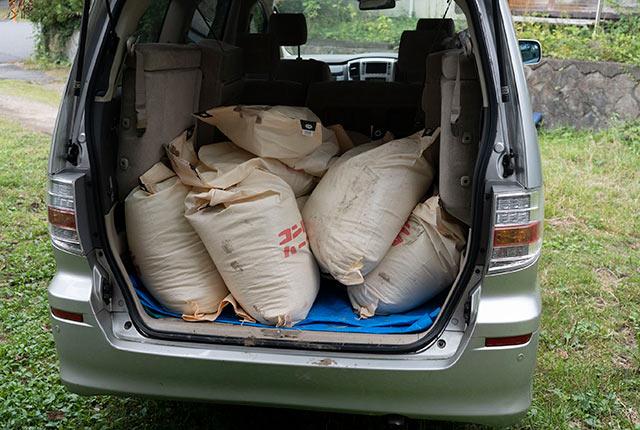 車につまれた脱穀した稲