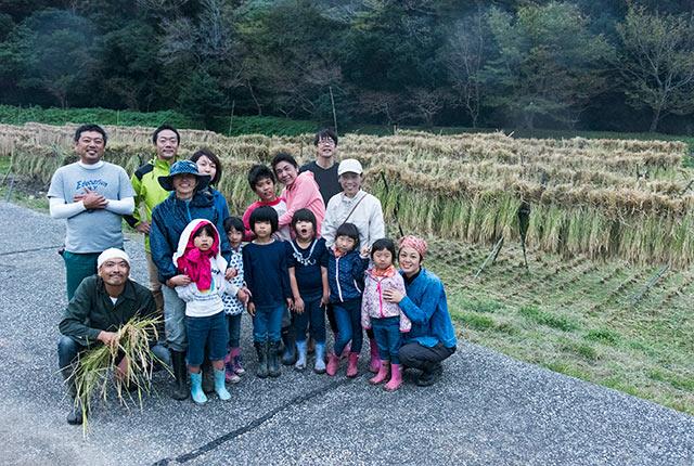 稲刈り参加者の集合写真