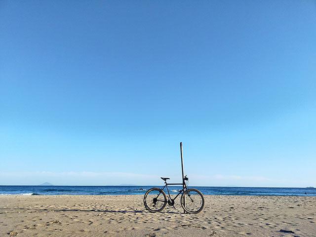 下田の浜辺に置かれた自転車