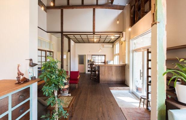 元は天井が低く、暗く圧迫感のあった待合室。素材と空間構成を変え、明るく開放的な空間に。ドリンクを出したり話したりするためのカウンターを施工。