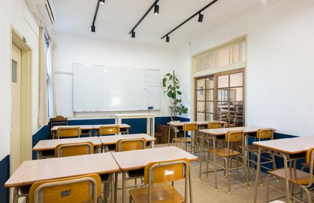 高校生の教室兼自習室。紺色の腰壁は塾生たちとDIYで施工しました。
