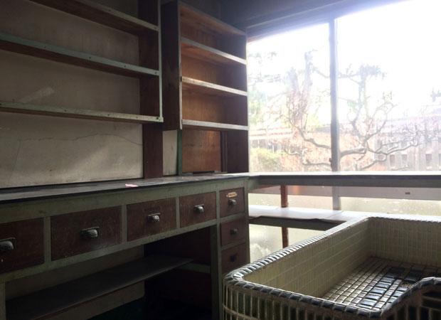 そのまま遺されていた調剤室。右は洗面台、左は調剤カウンター。後に受付台にリメイクします。