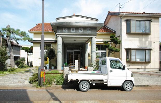 当時の愛車。この軽トラに乗って飯貝さんと一緒に家具を取りに行ったり、材料を運んだり。