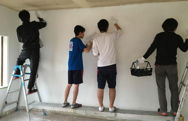 塾生たちとの塗装の様子。養生方法や道具の使い方をお伝えして作業してもらいました。