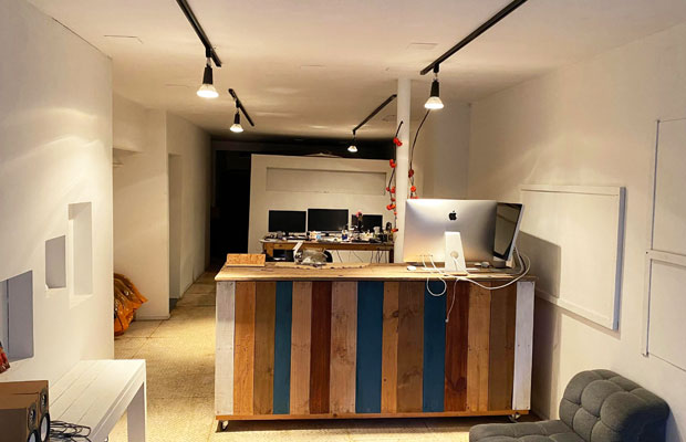 1階店舗。天井にはライティングレールが導入された。奥には作業スペースがある。