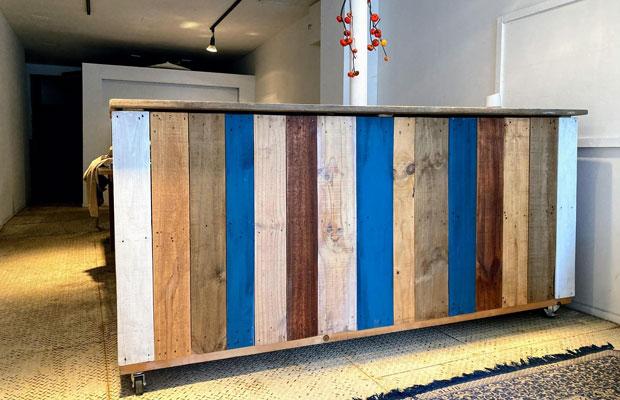 作業スペースの手前にあるカウンターテーブルは、谷藤さんのお手製。ホームセンターで手に入るものや廃材を組み合わせて、ぱぱっと家具をつくってしまう。