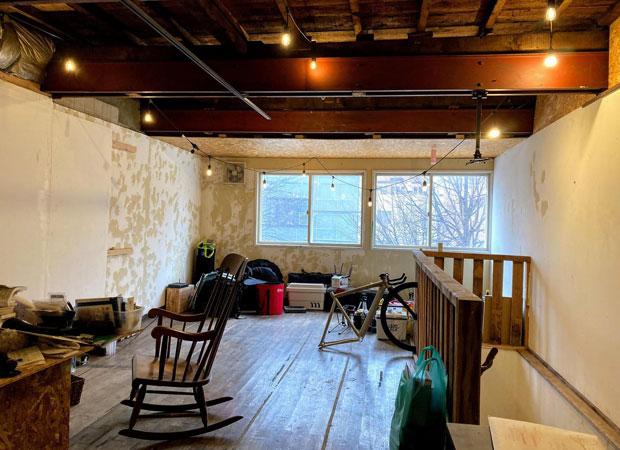 2階は谷藤さんの住居。まちなかのログハウスのような空間。天井をすべて落として、鉄骨をむき出しに。いつ組まれたものかはわからないがTomipase側に貫通しており、ふたつの建物を支える重要な役割を果たしている。
