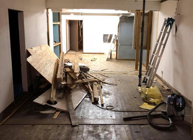 2階ビフォー。奥にあった厨房スペースを解体した。