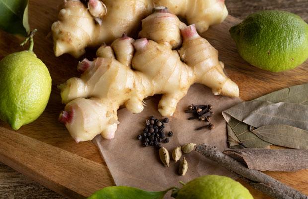 ジンジャーシロップの材料。生姜とレモンとカルダモン、ブラックペッパーなどのスパイス。