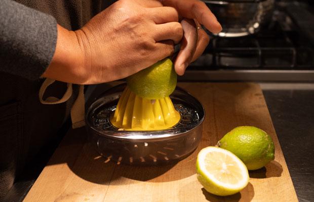ジンジャーシロップづくり。レモンなどの柑橘果汁はお好みの量を加えます。