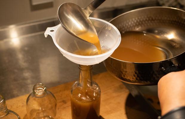 できあがったシロップを煮沸した瓶に入れて保存します。いい香りのうちに飲みきりましょ。