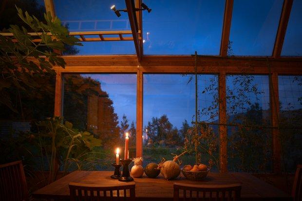 ダイニングは夜空の特等席。ひとりで、また、ゲストとともに、南の星空を見上げる。1日の終わりは静けさに包まれた、豊かで幸せな時間。