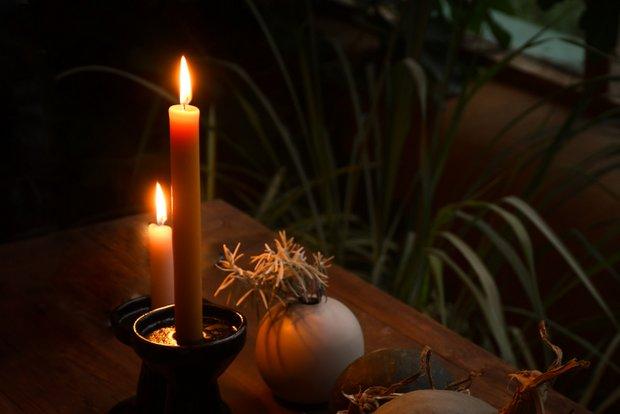 静寂に包まれたアースシップにはキャンドルのやさしい明かりが似合う。